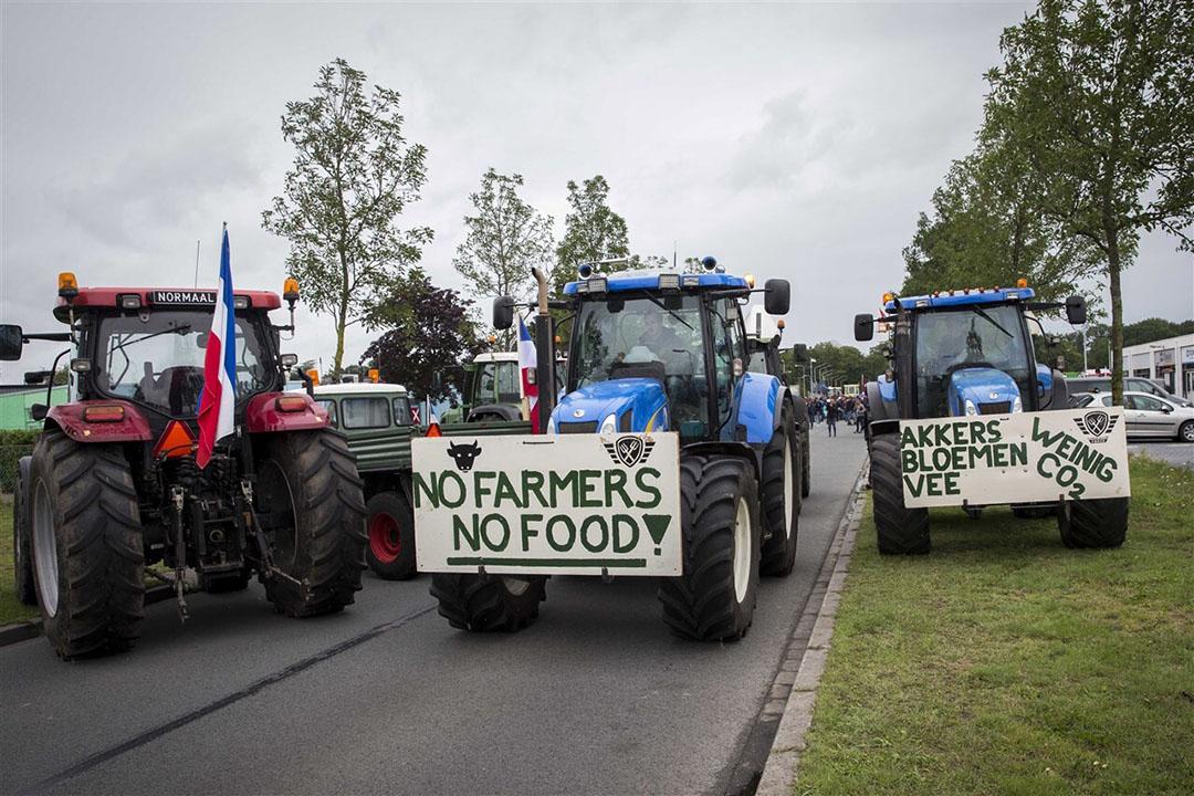 Boeren vertrekken na het blokkeren van het distributiecentrum van Albert Heijn in Zwolle. De blokkade was een protest tegen de lage prijzen die boeren krijgen. - Foto: ANP
