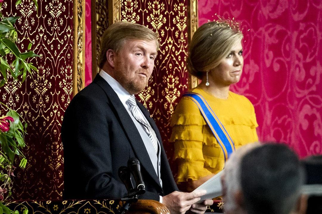 Koning Willem-Alexander leest, met aan zijn zijde koningin Maxima, de troonrede voor op Prinsjesdag aan leden van de Eerste en Tweede Kamer in de Grote Kerk. - Foto: ANP