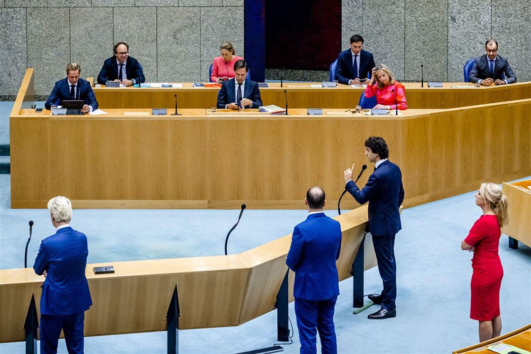 Jesse Klaver (GroenLinks) is in de Tweede Kamer aan het woord tijdens de Algemene Politieke Beschouwingen, het debat na de troonrede op Prinsjesdag. Bij het debat over de hoofdlijnen van de miljoenennota en de rijksbegroting was door de coronamaatregelen maar een klein deel van het kabinet aanwezig. - Foto: ANP / Remko de Waal