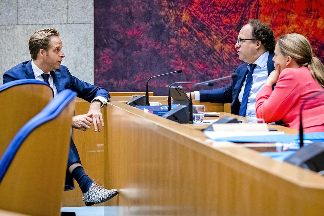 Minister Carola Schouten (rechts, Landbouw, Natuur en Voedselkwaliteit) tijdens de Algemene Politieke Beschouwingen in de Tweede Kamer in gesprek met haar collega's Wouter Koolmees (midden, Sociale Zaken en Werkgelegenheid) en Hugo de Jonge (links, Volksgezondheid, Welzijn en Sport). - Foto: ANP