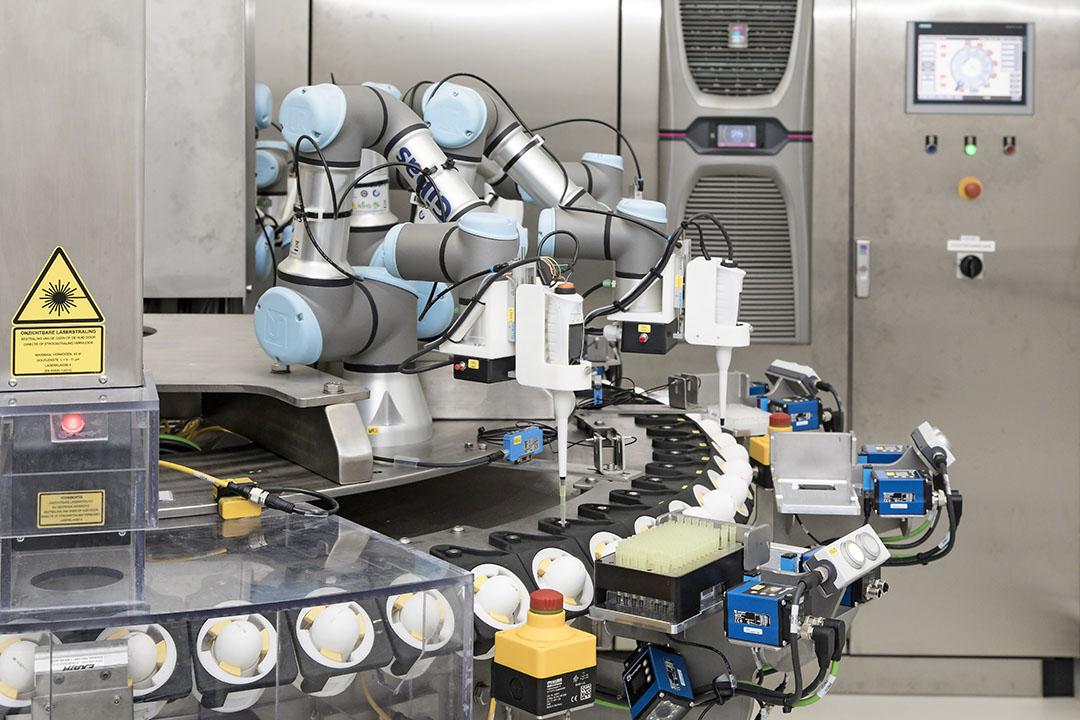 Seleggt-machine in Barneveld om het geslacht van embryo's in het broedei te bepalen. - Foto: Koos Groenewold