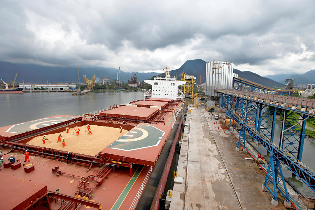 In de Tiplam-terminal in Santos, Brazilië, worden sojabonen op een schip geladen. Het land krijgt net als veel andere Zuid-Amerikaanse landen te maken met de Europese Green Deal. - Foto: Reuters