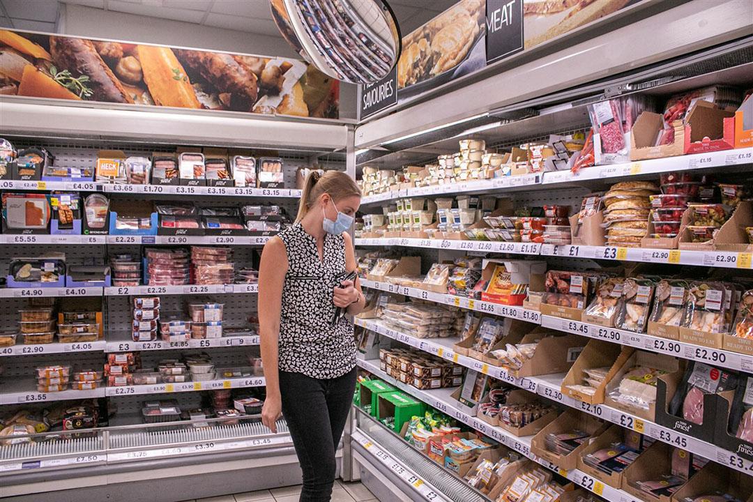 Klant bij vleeswarenvak in Tesco-winkel. Om de zichtbaarheid te vergroten gaat de supermarkt de vleesvervangers naast echt vlees leggen. - Foto: ANP/REX by Shutterstock