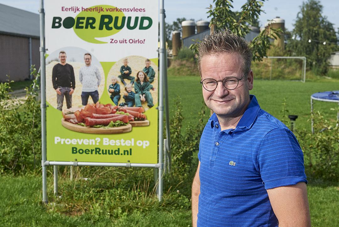Varkenshouder Ruud van Dijck in Oirlo voor zijn bedrijf.  - Foto: Van Assendelft Fotografie