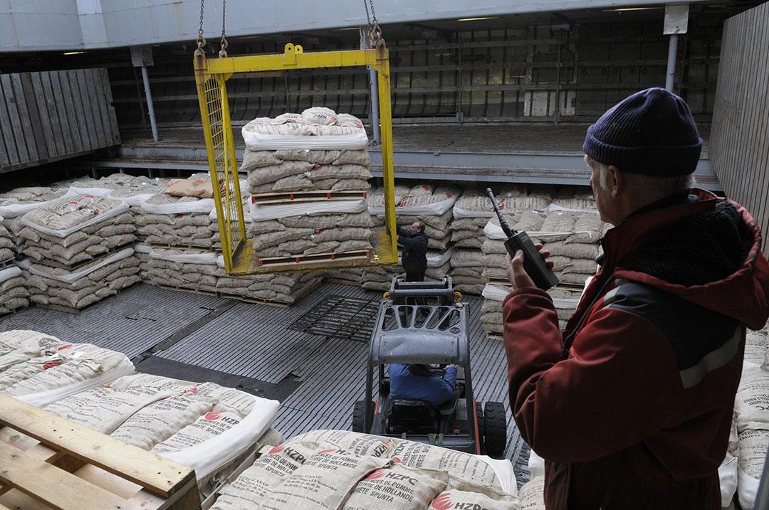 Pootaardappelen worden aan boord van een schip geladen met bestemming Algerije. - Foto: Penn Communicatie