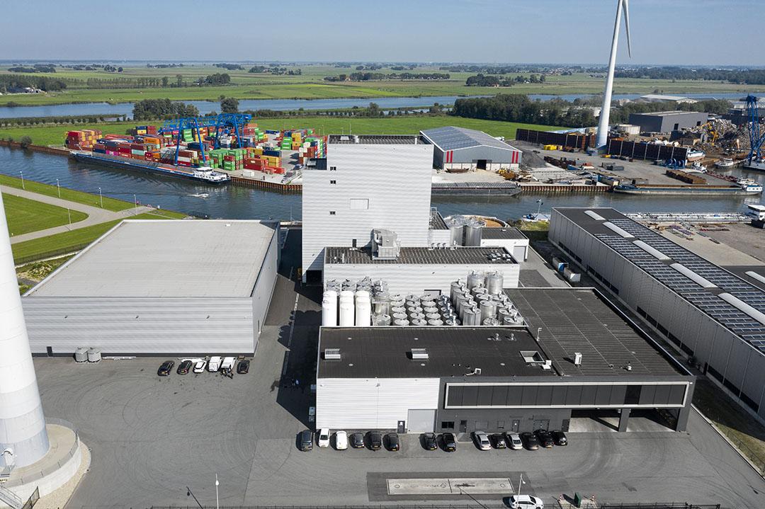 In 2011 is een fabriek voor vloeibare voeders in Kampen (Ov.) gebouwd. Onder de naam Liprovit worden hoogwaardige, op zuivel gebaseerde, vloeibare kalver- en biggenvoeders ontwikkelt en geproduceerd. In juni dit jaar werd de uitbreiding van deze fabriek afgerond. - Foto: Ruud Ploeg