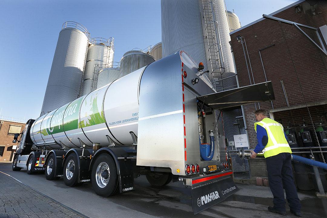 RMO van FrieslandCampina lost PlanetProof-melk bij de kaasfabriek in Steenderen. - Foto: Hans Prinsen