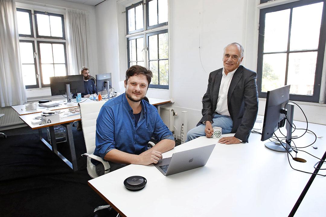 Mede-oprichters van start-up AgOS Sidney Richards en Pieter Klapwijk in hun kantoor in Amsterdam. Op basis van informatie uit een agrifoodketen, wil AgOS ketenfinanciering mogelijk maken. - Foto: Ton Kaserman