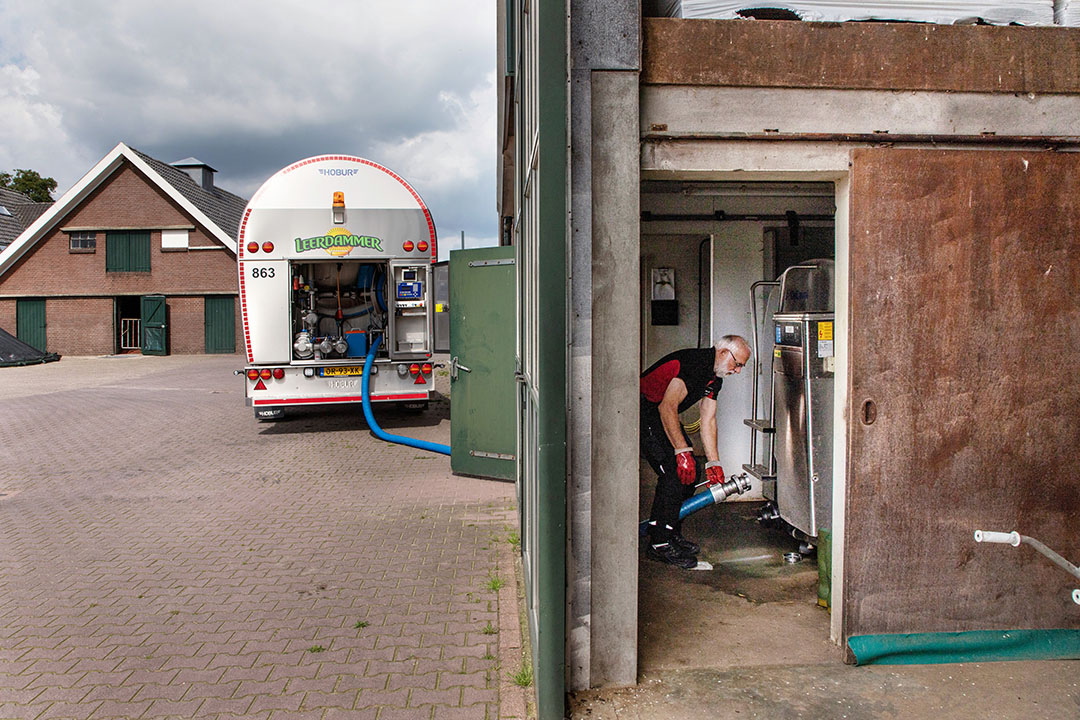 Arnold den Besten van Den Besten Transport haalt voor Leerdammer melk op bij verschillende melkveebedrijven. - Foto: Herbert Wiggerman