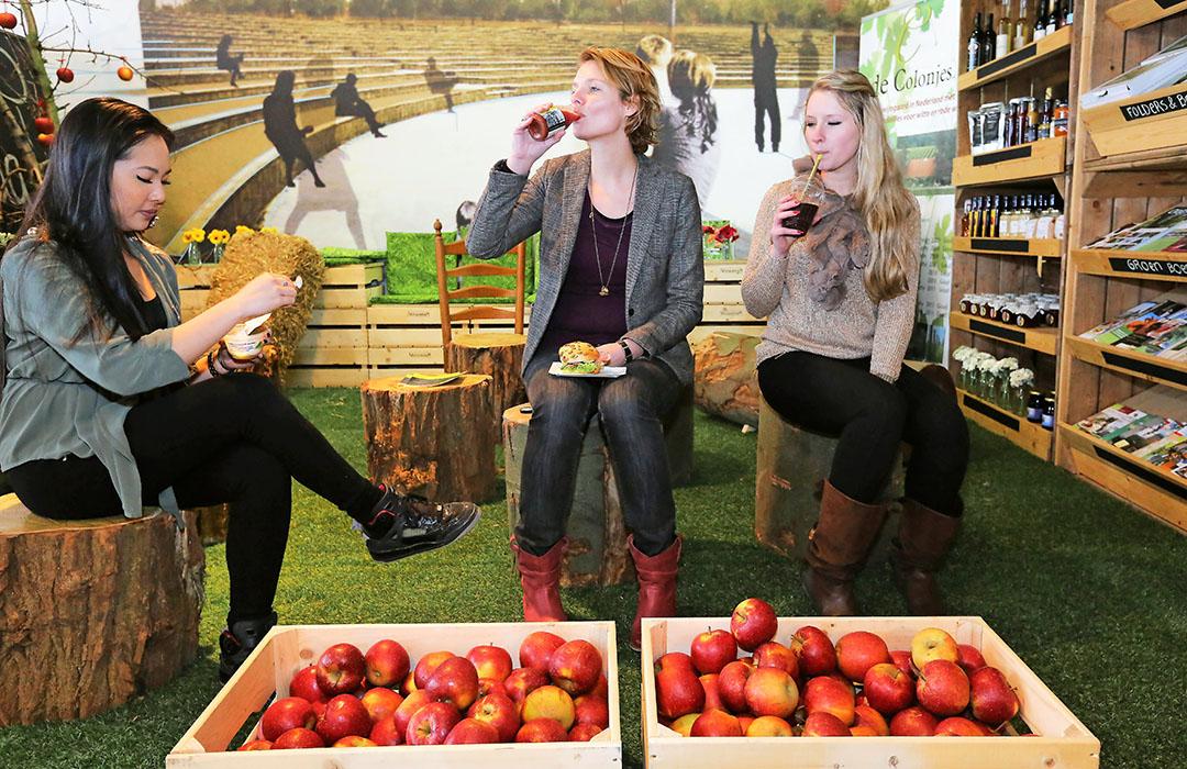 Pop-up store van coöperatie Oregional met verse producten van regionale telers en boeren tegenover het Centraal Station in Nijmegen in 2013. De verse producten komen uit de regio Nijmegen, Arnhem en Kleef. - Foto: ANP