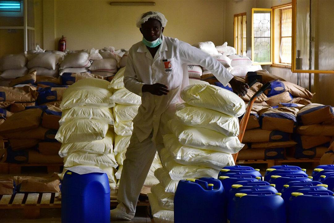 Een medewerker in een magazijn voor onder andere mageremelkpoeder in Nigeria. - Foto: ANP