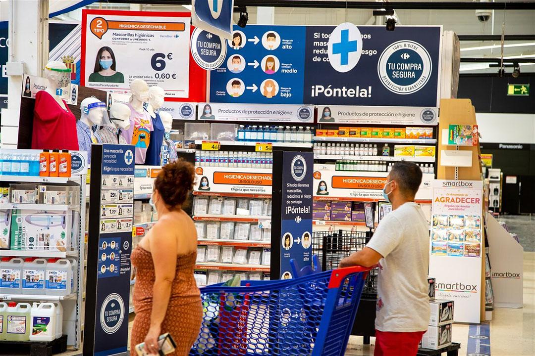 Afdeling met mondkapjes, handgels en andere producten vanwege corona in een Carrefour-vestiging in Spanje. Foto: Bart Hoogveld/ANP