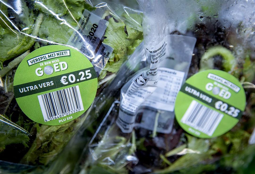 Winkels kunnen de prijzen verlagen van producten die hun consumptie- of houdbaarheidsdatum bereiken om voedselverspilling tegen te gaan. - Foto: ANP/Koen van Weel