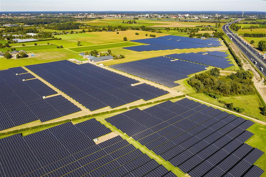 Een groot zonnepark langs de A1 bij Wilp in de buurt van Deventer. - Foto: ANP