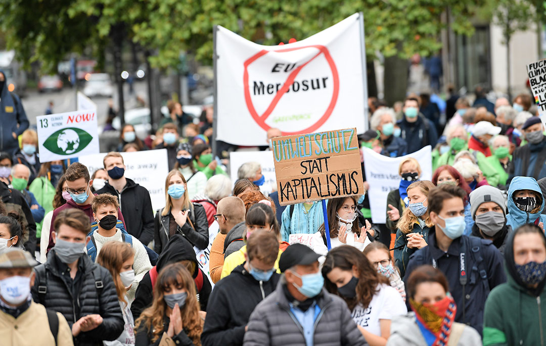 Demonstratie tegen het Mercosur-verdrag in Frankfurt. De openlijke weerstand tegen het verdrag neemt toe, ziet Léon Ripmeester. - Foto: ANP
