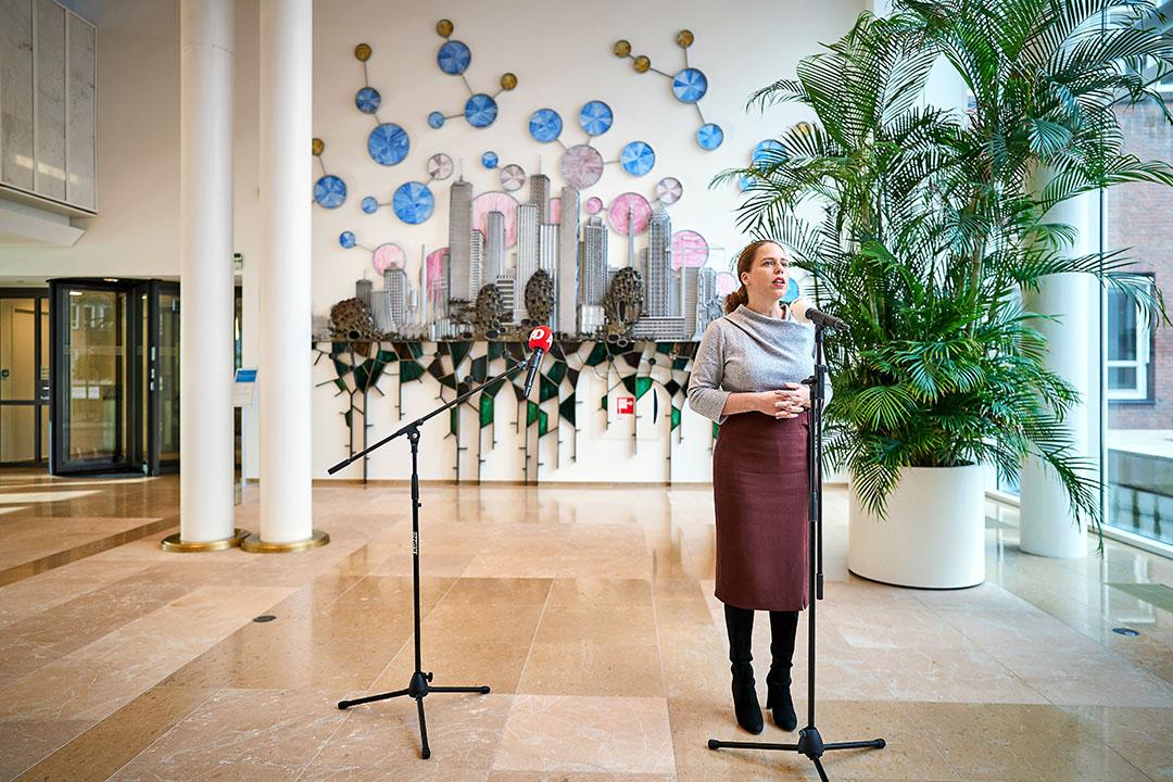 Minister Carola Schouten (LNV) staat de pers te woord op het ministerie, voordat zij haar nieuwe aanpak van de stikstofcrisis presenteert. - Foto: ANP/Phil Nijhuis