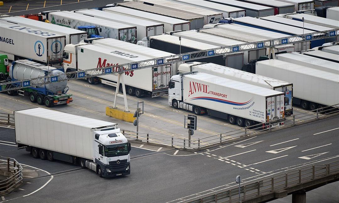 Een vrachtwagen verlaat de ferry in de haven van Dover, terwijl andere wachten om de oversteek naar het vasteland te kunnen maken. - Foto: ANP