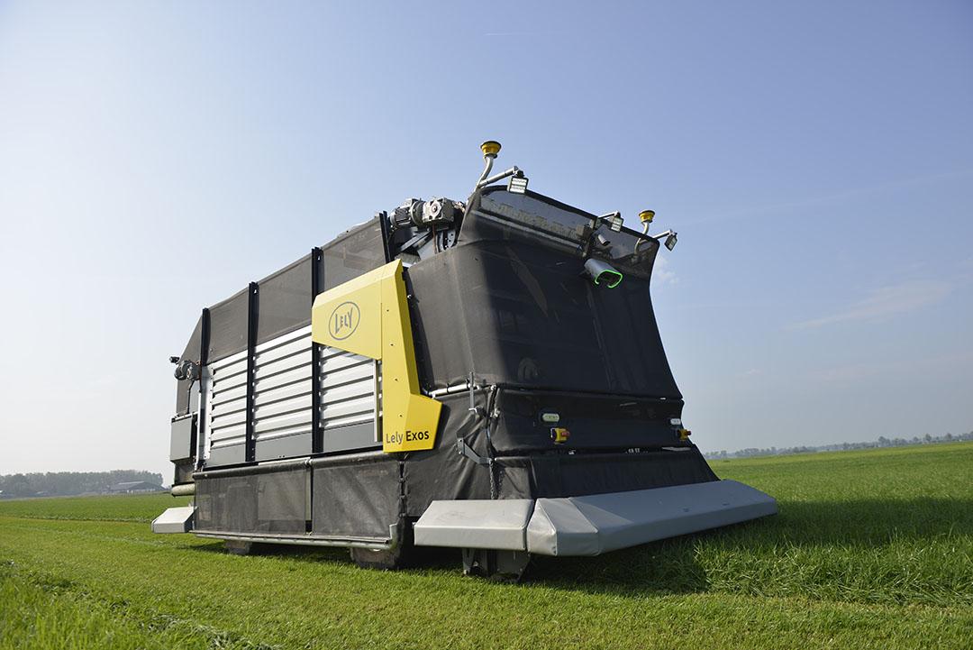 De Lely Exos is een autonoom werkende maai-opraap-doseerwagen, lichtgewicht en volledig elektrisch aangedreven.