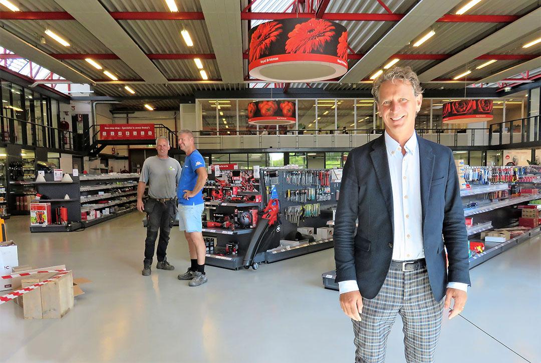 """Ton van Mil in de fysieke winkel van Royal Brinkman in 's-Gravenzande: """"Onze webshops in binnen- en buitenland groeien hard."""" - Foto: Ton van der Scheer"""