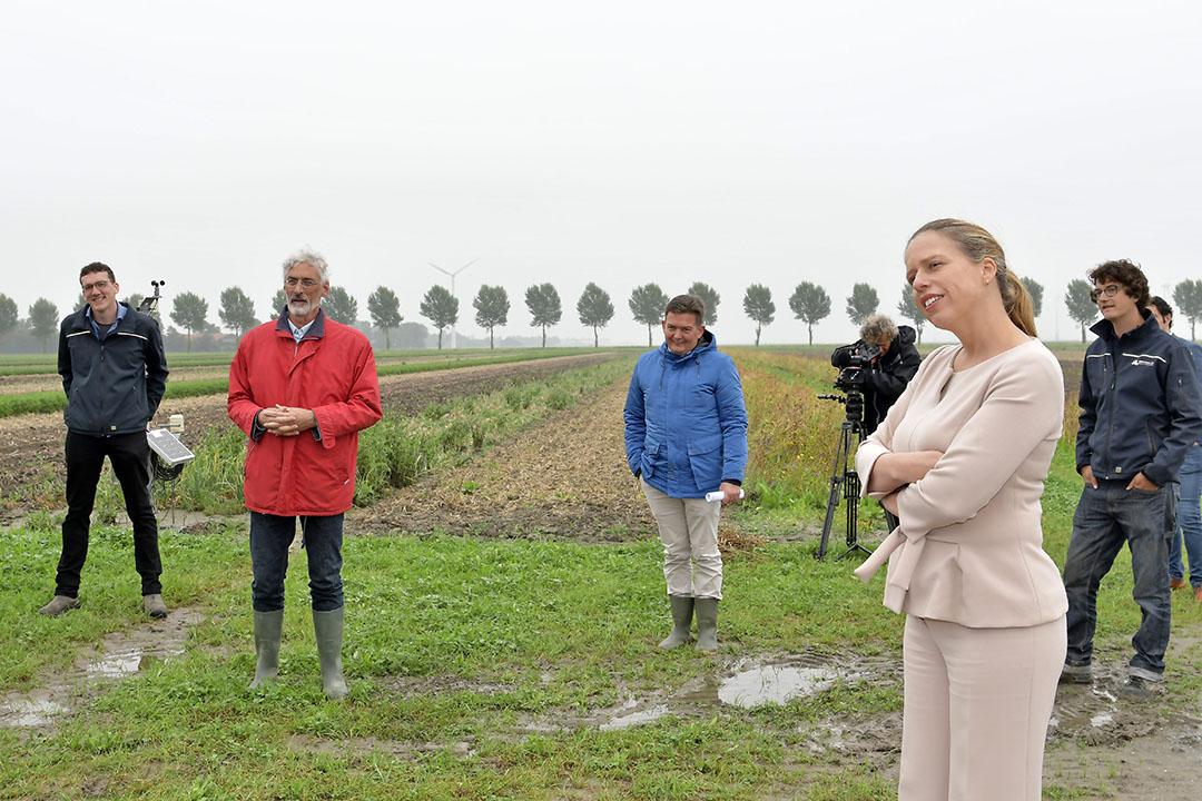 Landbouwminister Carola Schouten liet zich bijpraten over de Boerderij van de Toekomst. Strokenteelt staat daarin centraal. Foto: Boerderij