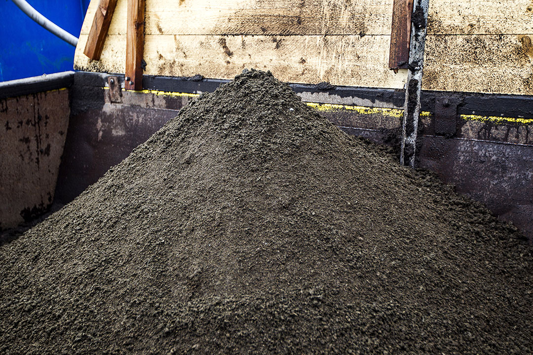 Archiefbeeld van verwerkte mest op een varkensbedrijf. Met de nieuwe techniek van Mezt hoeft mest niet door membranen geperst te worden bij de verwerking, maar stroomt deze erlangs. - Foto: Ronald Hissink