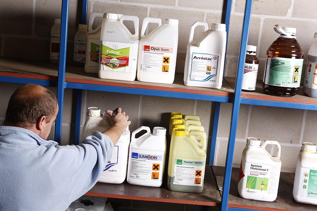 Gewasbeschermingsmiddelen in een kast. De Gezondheidsraad adviseert de afhankelijkheid en het gebruik van chemische gewasbeschermingsmiddelen te verminderen. - Foto: Hans Prinsen