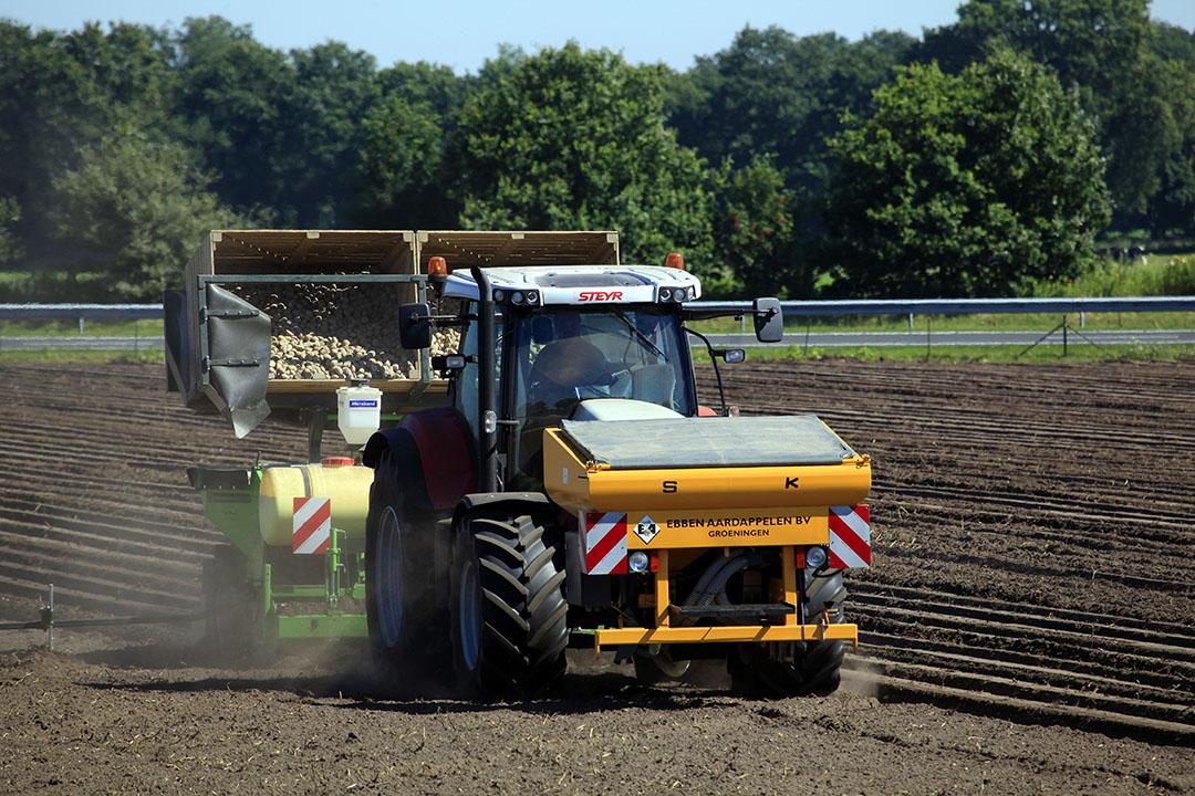 In één werkggang maakt deze combinatie het zaaibed voor de aardappelen, wordt gepoot, kunstmest gegeven en aangeaard. - Foto: Henk Riswick