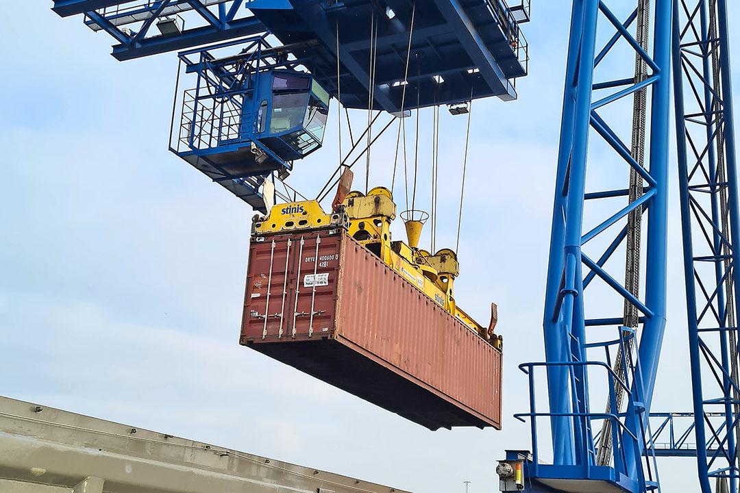 Container met suikerbieten wordt in binnenschip gezet. Van Born (L.) naar Moerdijk is 18 uur varen. - Foto: Misset