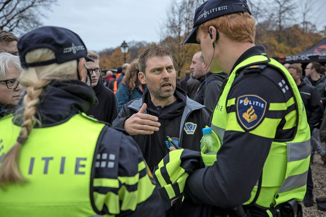 Actieleider Mark van den Oever in gesprek met politieagenten.
