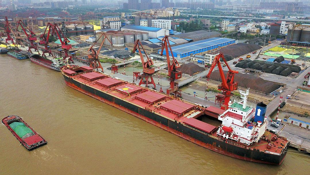 Sojabonen uit Brazilië lossen van een vrachtschip in een haven in Nantong in de oostelijke provincie Jiangsu in China. - Foto: AFP