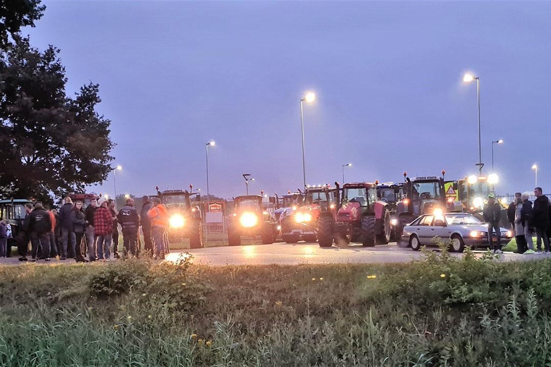 Ongeveer dertig trekkers blokkeren de toegangsweg naar afvalverwerkingsbedrijf Attero in Wijster op 8 juli. Foto: ANP/Novum RegioFoto