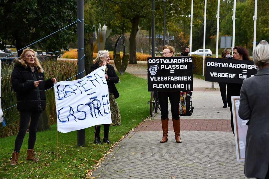Een groep mensen verzamelde zich met spandoeken en borden voor het provinciehuis Flevoland op 21 oktober. Foto: ANP/ Hollandse Hoogte/AS Media