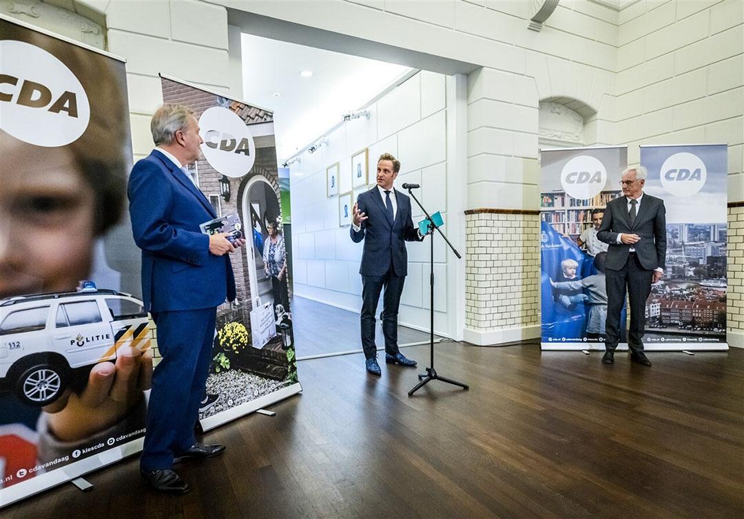 Partijvoorzitter Rutger Ploum, lijsttrekker Hugo de Jonge en Ben Knapen, voorzitter van de programmacommissie, tijdens de overhandiging van het CDA verkiezingsprogramma op het partijbureau in Den Haag. Foto: ANP
