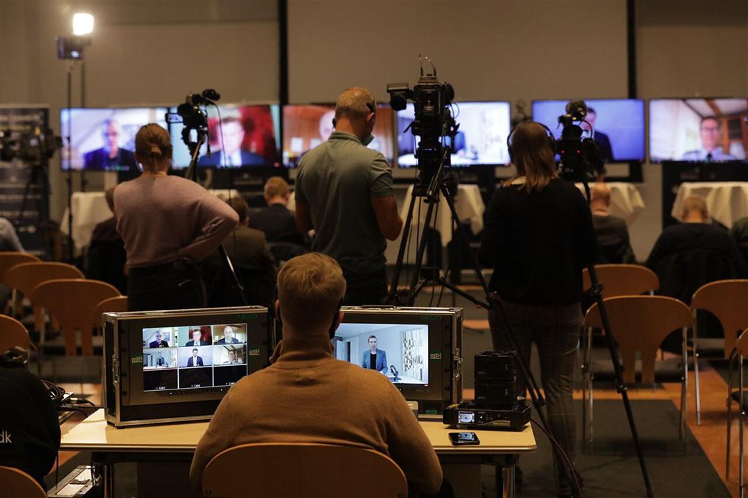 Deense journalisten kijken naar de persconferentie waarin de Deense premier Mette Frederiksen tekst en uitleg geeft over de mutatie van het coronavirus bij nertsen. - Foto: ANP