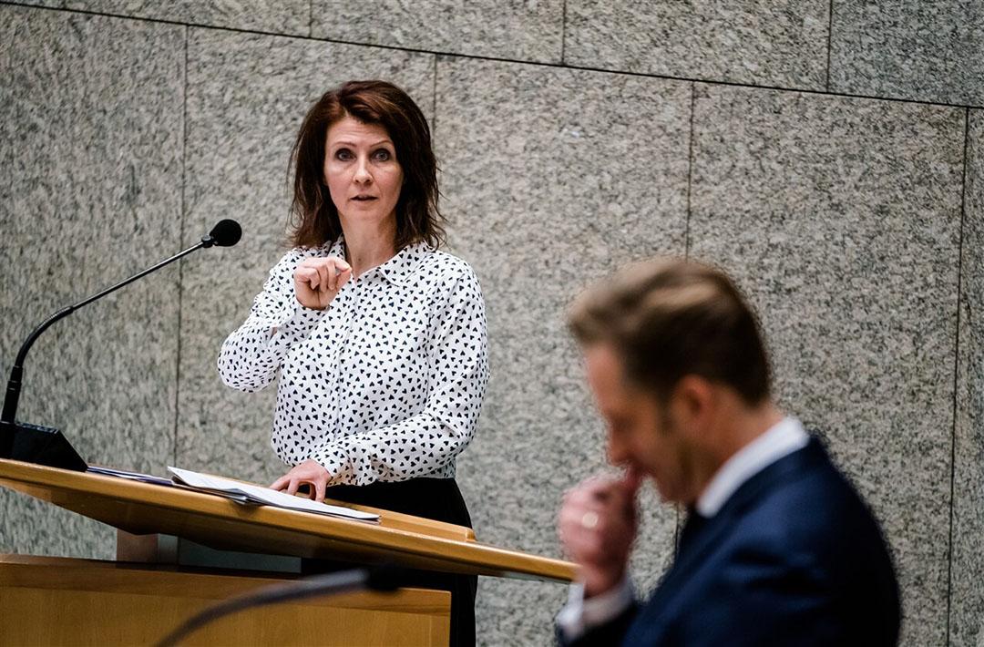 Esther Ouwehand (PvdD) en Minister Hugo de Jonge van Volksgezondheid, Welzijn en Sport (CDA) in de Tweede Kamer tijdens het wekelijks vragenuur. Foto: ANP/Bart Maat