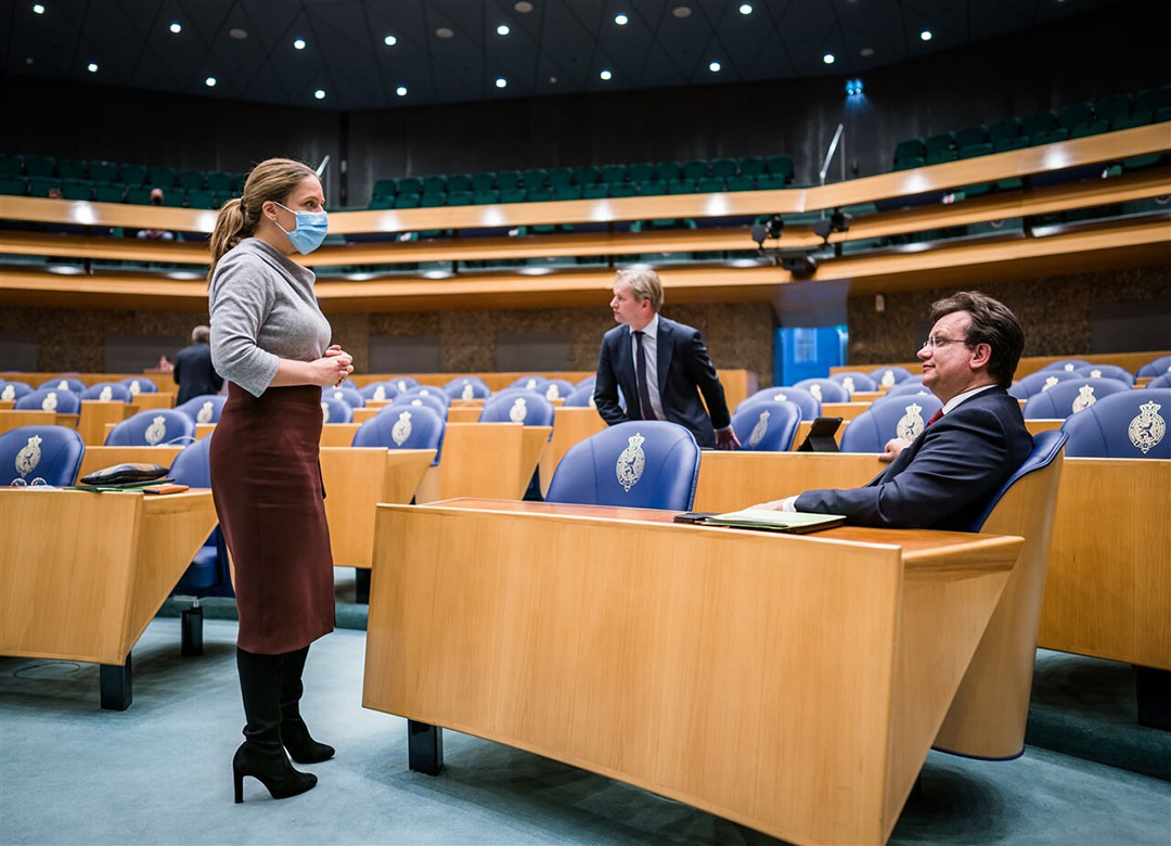 Minister Carola Schouten praat met CDA-Kamerlid Jaco Geurts bij het debat over de landbouwbegroting. - Foto: ANP/Bart Maat
