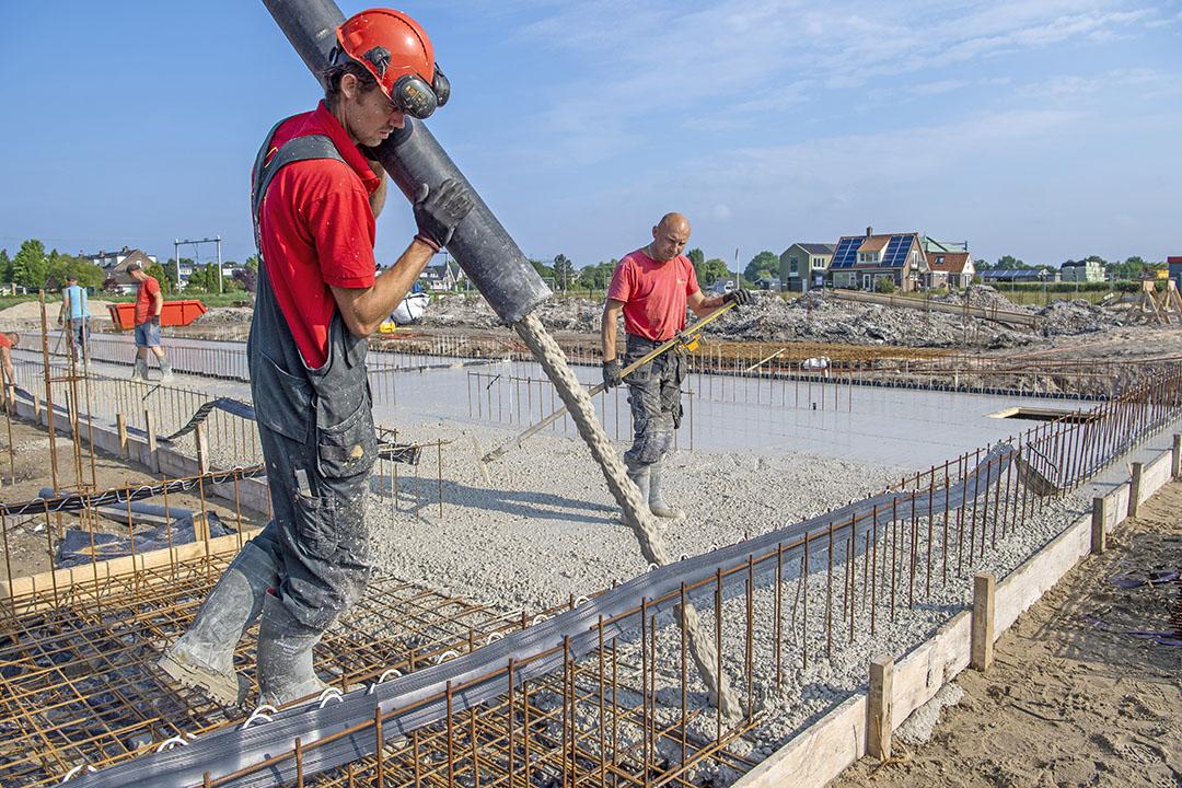 De bouw van een nieuwe stal die nog wel doorgaat. Veel bedrijven kunnen juist niet uitbreiden omdat ze geen geldige natuurbeschermingsvergunning hebben. - Foto: Cor Salverius