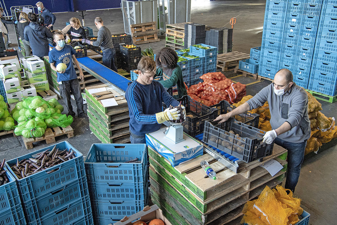 In de RAI in Amsterdam is een distributiecentrum. De producten worden hier vanaf Flevofood heen gebracht. Vanuit de RAI gaan ze naar uitdeelpunten in de stad. - Foto's: Cor Salverius
