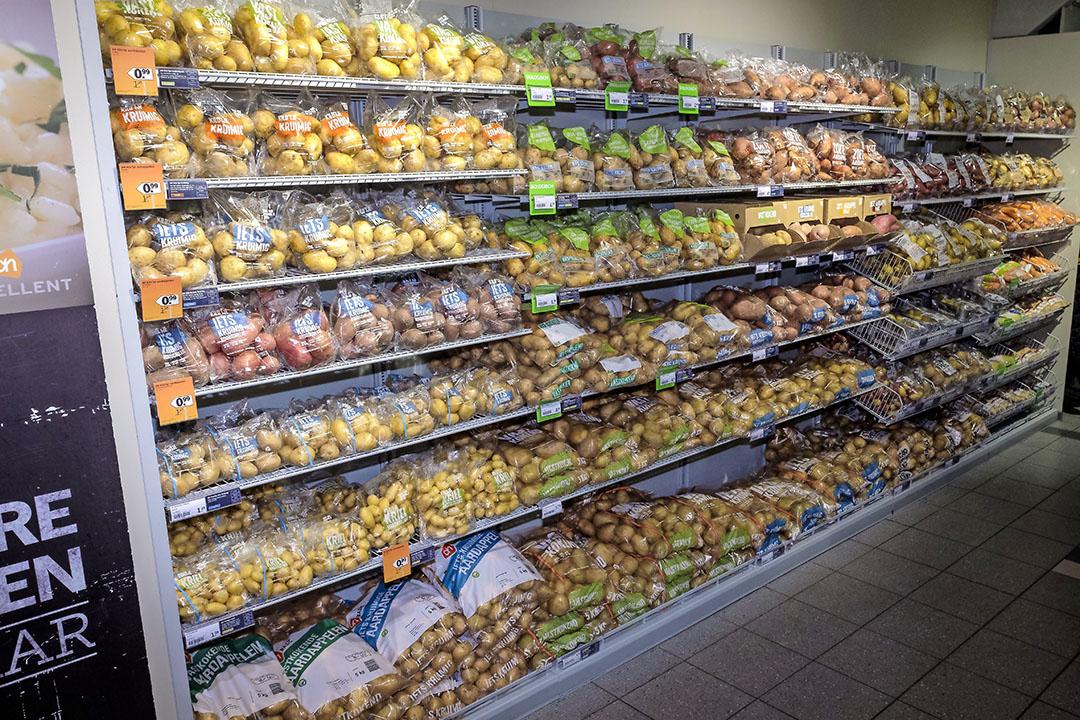 De supermarkten verkopen meer tafelaardappelen vanwege de coronacrisis. - Foto: Fred Libochant