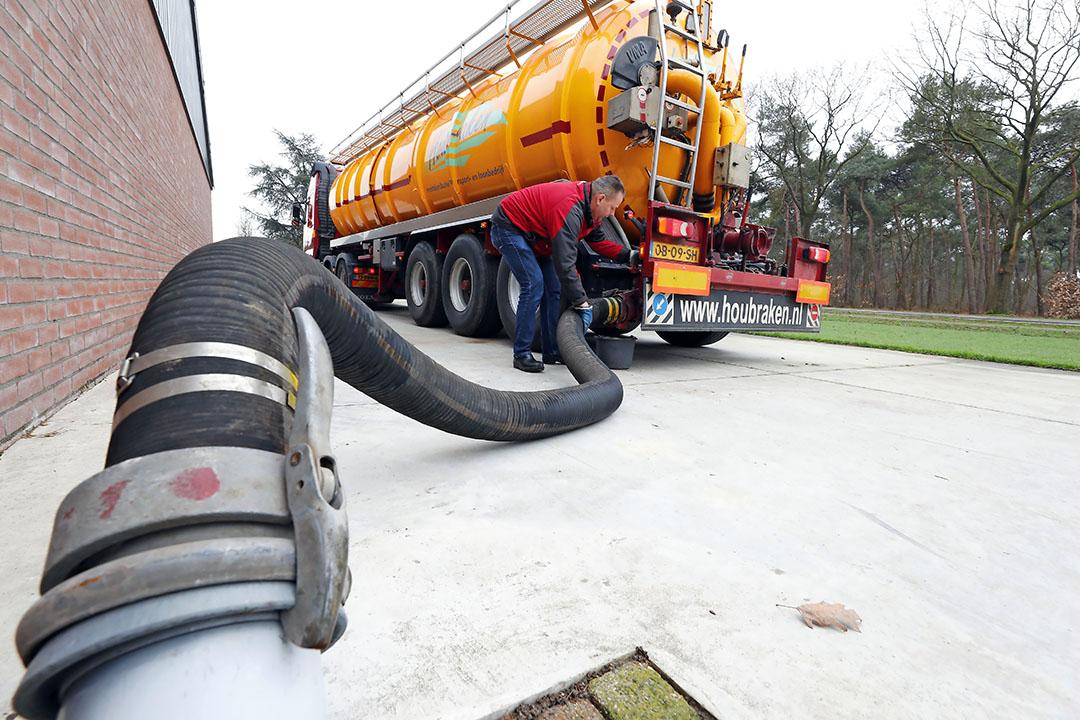 Laden van drijfmest op een varkensbedrijf. In 2019 is bijna 49 miljoen kilo mest geëxporteerd en verwerkt. - Foto: Bert Jansen