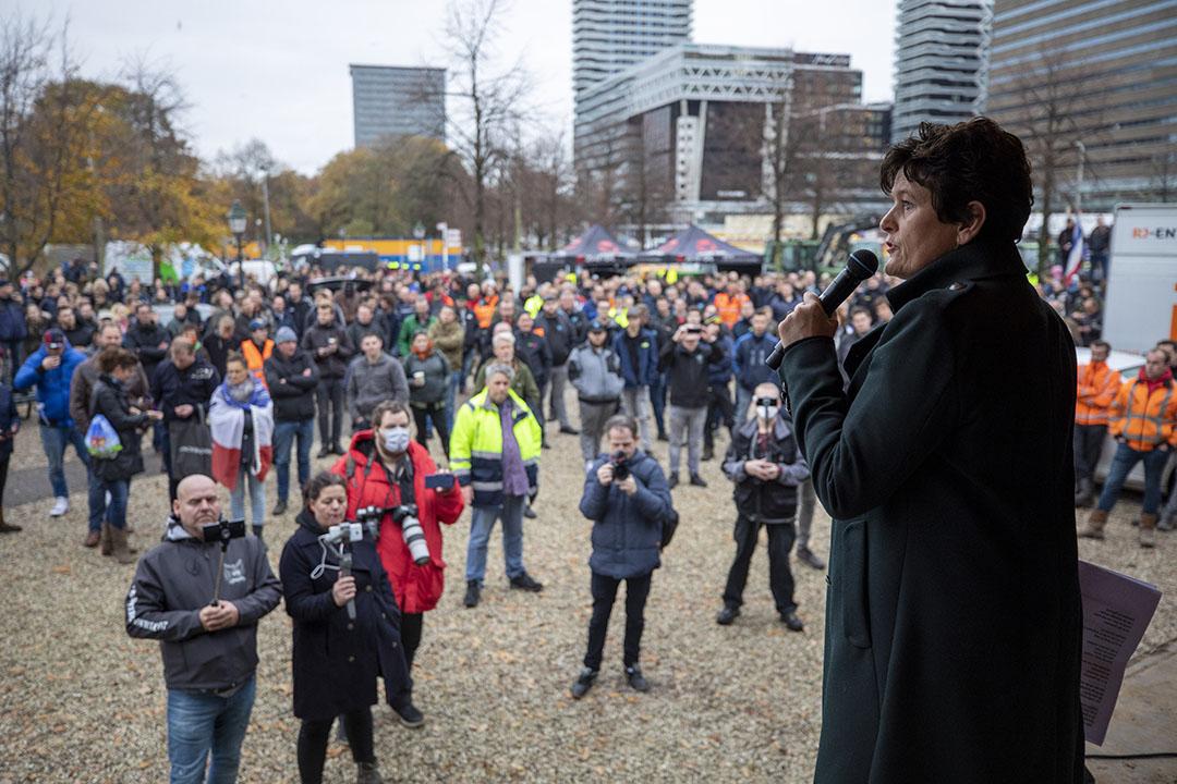 Sieta van Keimpema spreekt de boeren in Den Haag toe.