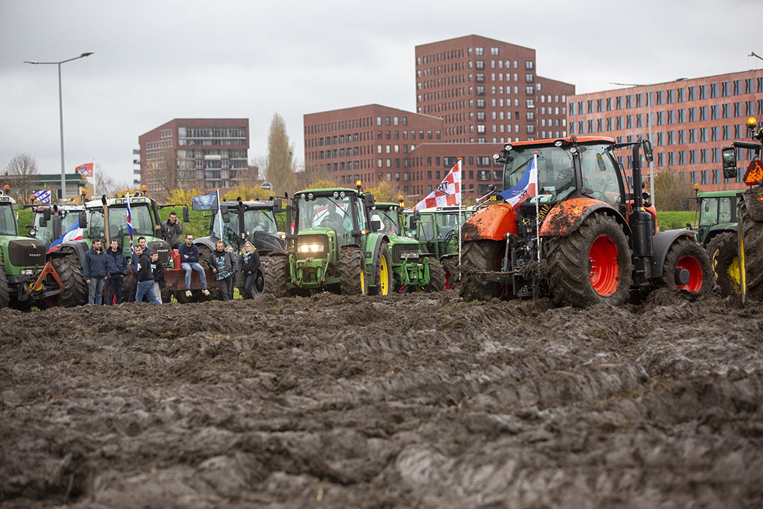 Na het protest in Den Haag vanwege het stikstofbeleid reisden de boeren naar het CBL in Leidschendam.