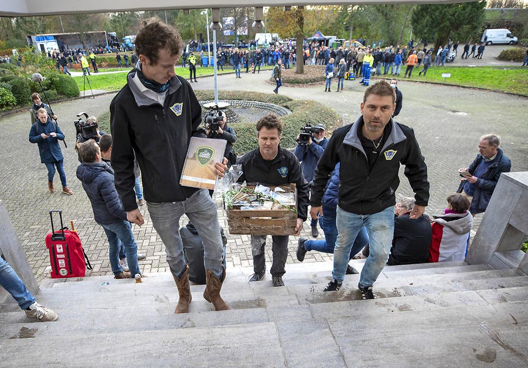 Mark van den Oever en Jos Ubels van Farmers Defence Force brengen een boerenpakket naar het centraal Bureau voor de Levensmiddelenhandel. - Foto: Roel Dijkstra Fotografie/Marc Heeman