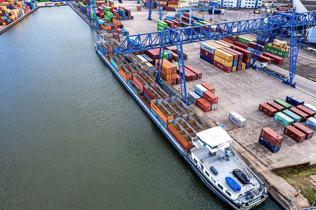 Een schip met bietenconcainers, bestemd voor Cosun Beet Company, wordt gelost in de haven van Moerdijk. Foto: Jan Snoeij