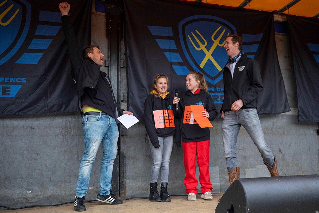 Famke van Dongelen en Jelske Adams dragen op het podium hun brief aan de koning voor.
