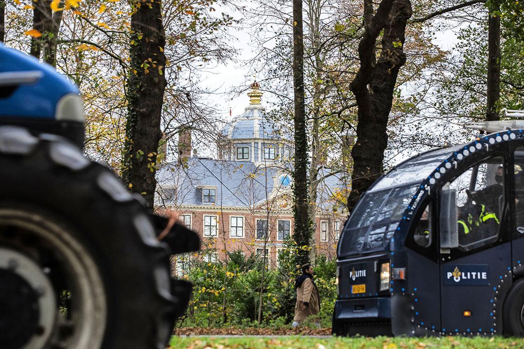 Boeren rijden langs Huis Ten Bosch. Het 'defilé' van trekkers op de Benoordenhoutseweg in Den Haag, langs paleis Huis ten Bosch ging toch door. Het aantal trekkers overtrof met 2.000 de verwachtingen, ook die van de organisatie zelf. Een bezoek aan het paleis zelf zat er niet in. - Foto: ANP