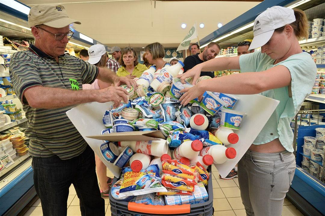 Franse boeren hebben een lange historie van protesten tegen supermarkten, zoals in 2016, toen ze zuivelproducten uit de schappen haalden uit onvrede over de prijzen. - Foto: AFP