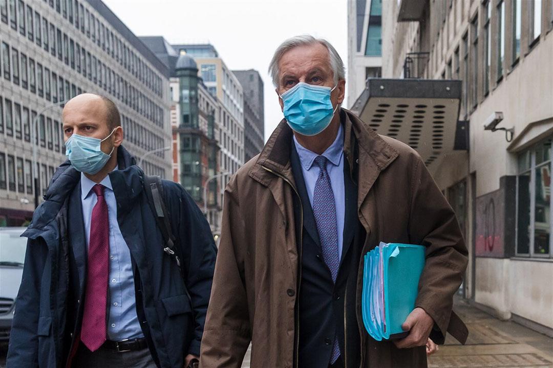 Onderhandelaar Michel Barnier (rechts) staat onder zware druk van een aantal landen tijdens de Brexit-onderhandelingen, waaronder naar verluidt Nederland. Foto: EPA
