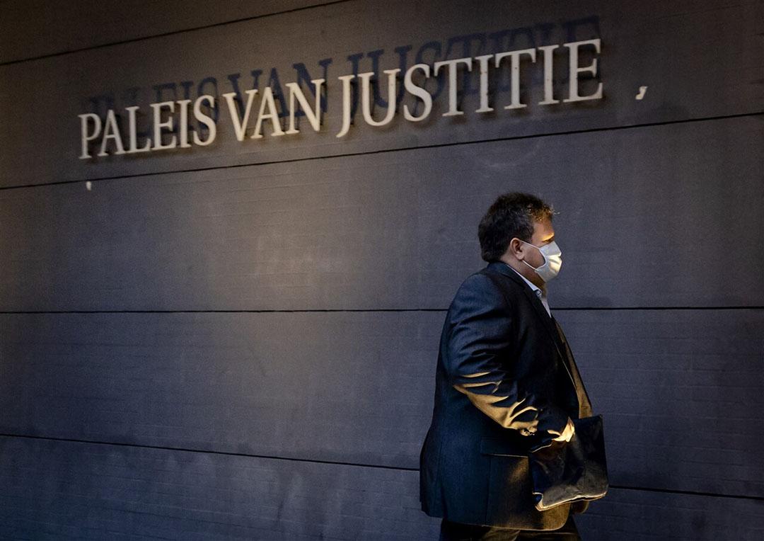 Erik Hubers, voorzitter Pluimveehouderij bij LTO Nederland, komt aan bij de rechtbank. LTO Nederland heeft een hoger beroep aangespannen tegen de eerdere uitspraak in de zaak over de fipronilcrisis van 2017. Foto: ANP