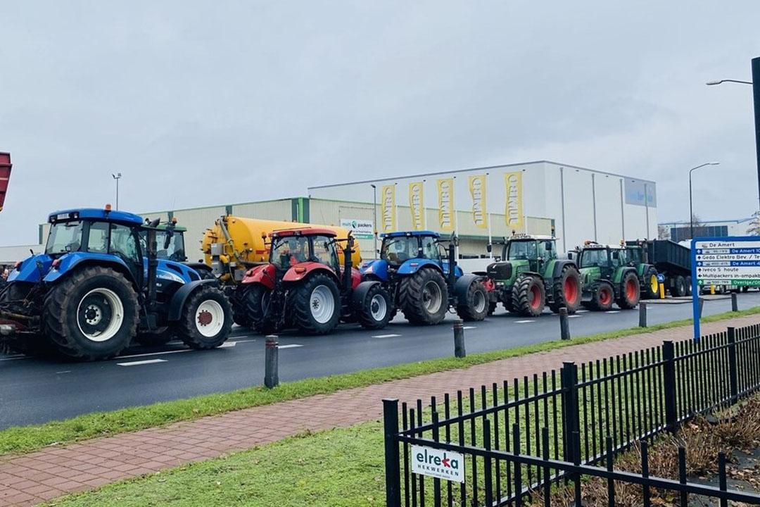 Demonstrerende boeren hebben vandaag ook een distributiecentrum van Jumbo geblokkeerd in Veghel (N.-Br.). Volgens het Brabants Dagblad zijn er tientallen boeren aanwezig. De locatie is aan alle kanten vastgezet door trekkers, vrachtwagens kunnen het terrein niet op of af. - Foto: AS Media